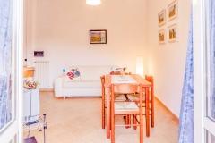 Servizio fotografico per Casa Vacanze, Salotto con balcone e angolo cottura